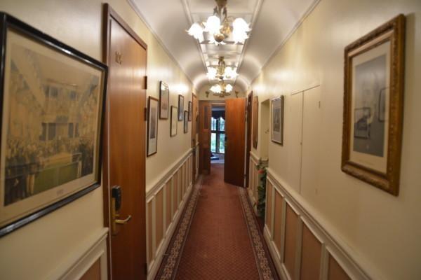 En korridor i ett gammalt hus.