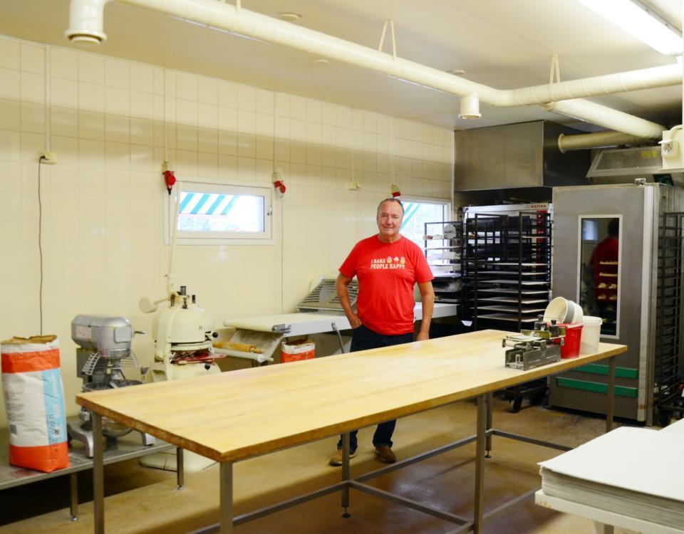 en man i röd t-skjorta i ett bageri