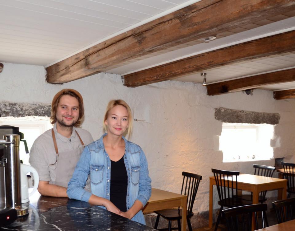 ett par som står vid bardisken i en restaurangsal