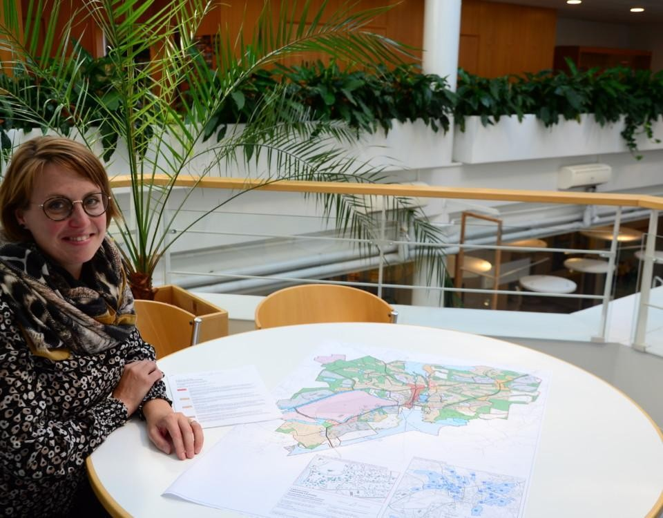 en kvinna bredvid en stor karta