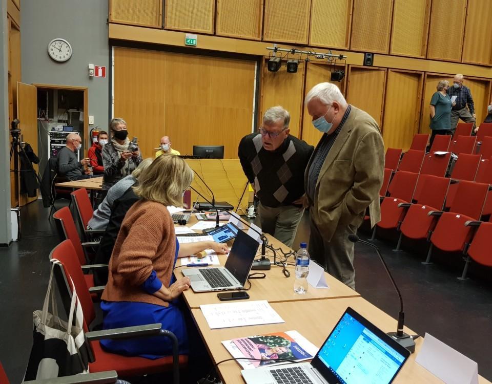 fyra personer framme vid ett presidium diskuterar