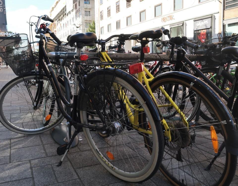 Cykelparkering med flera cyklar parkerade bredvid varandra.