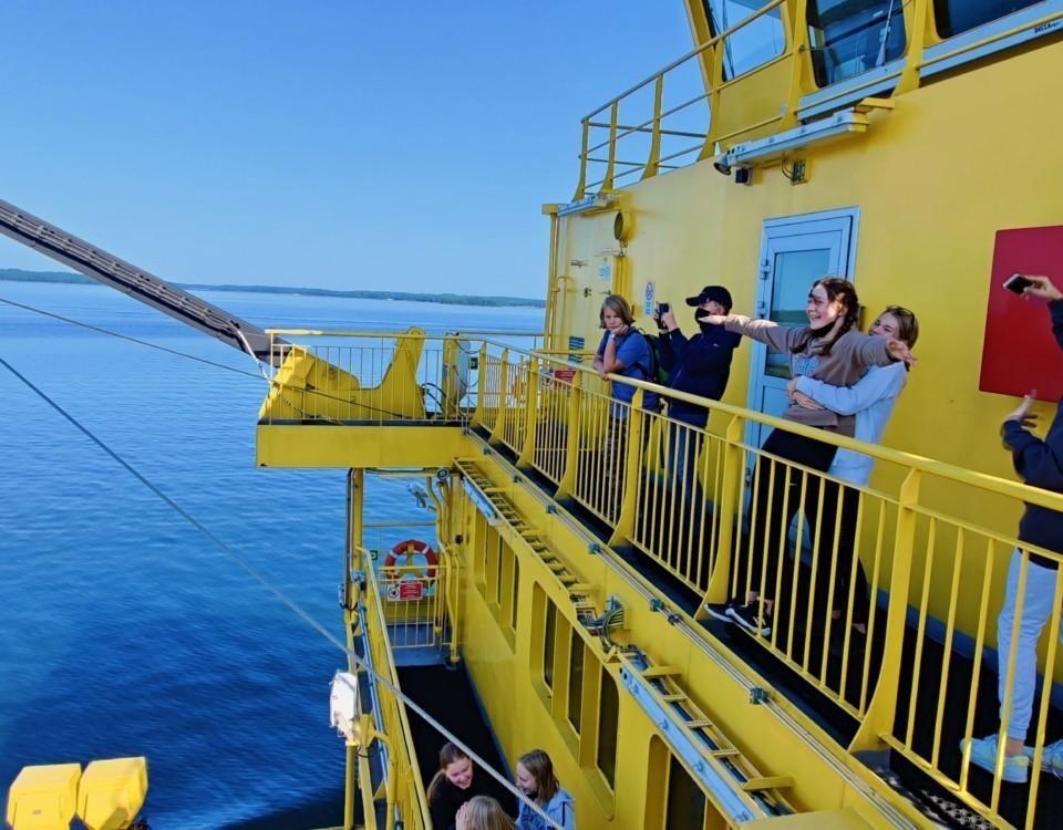 Barn ombord på ett fartyg.