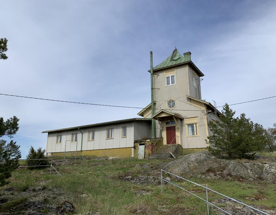 en gammal lotsstation med tillbyggnad