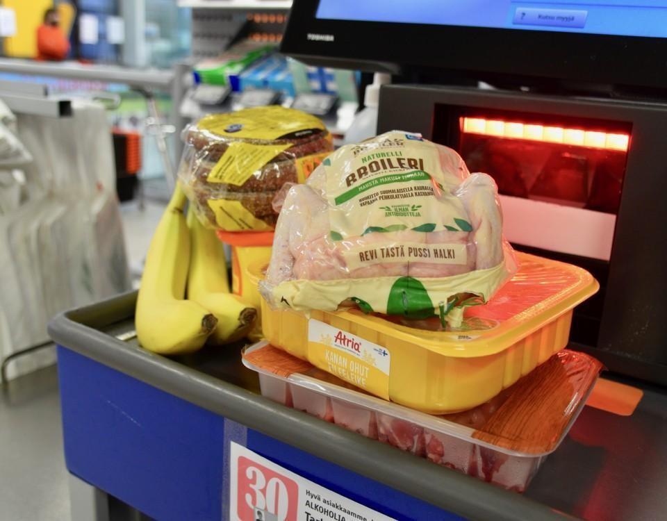 Kyckling, bröd, bananer och andra livsmedel.