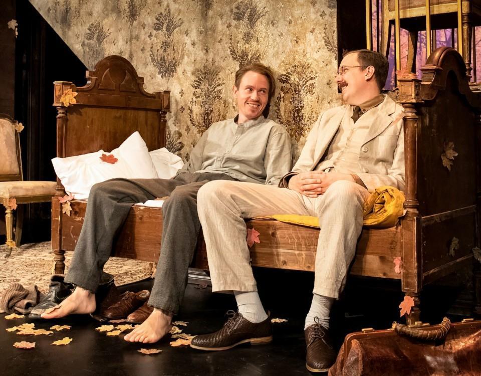 män i en soffa