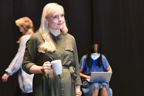 Maria Ohisalo med en kaffekopp i handen.