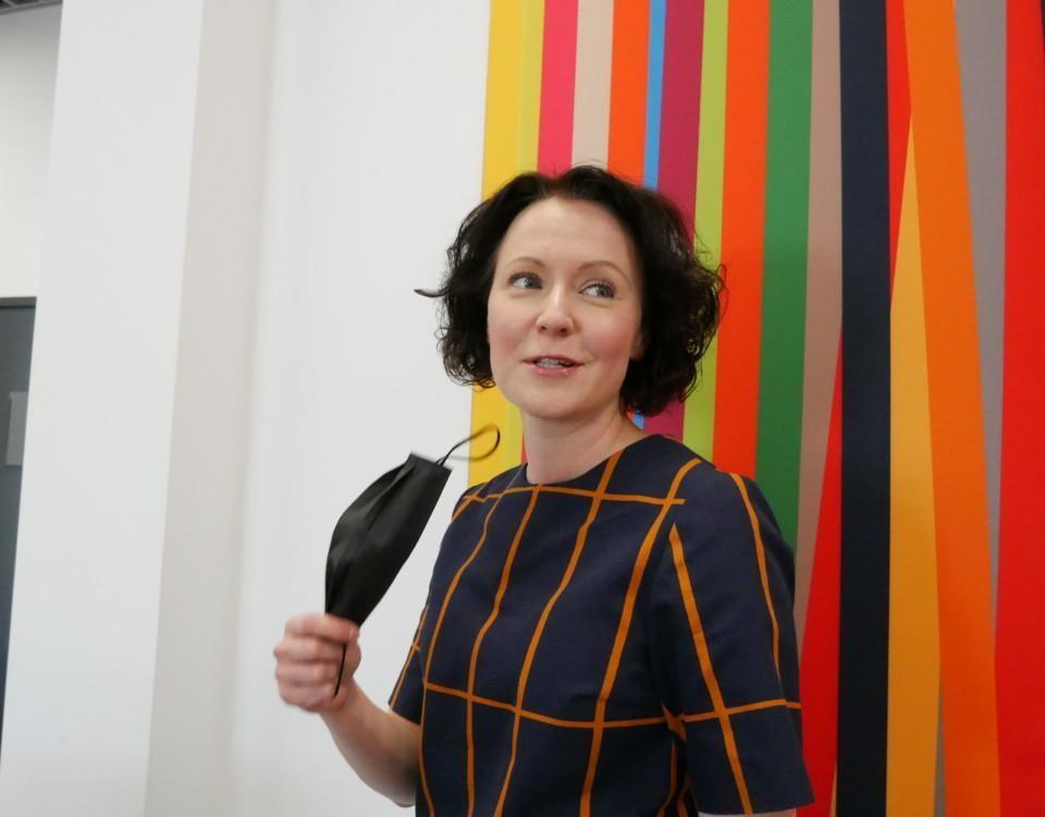 kvinna mot färggrann bakgrund