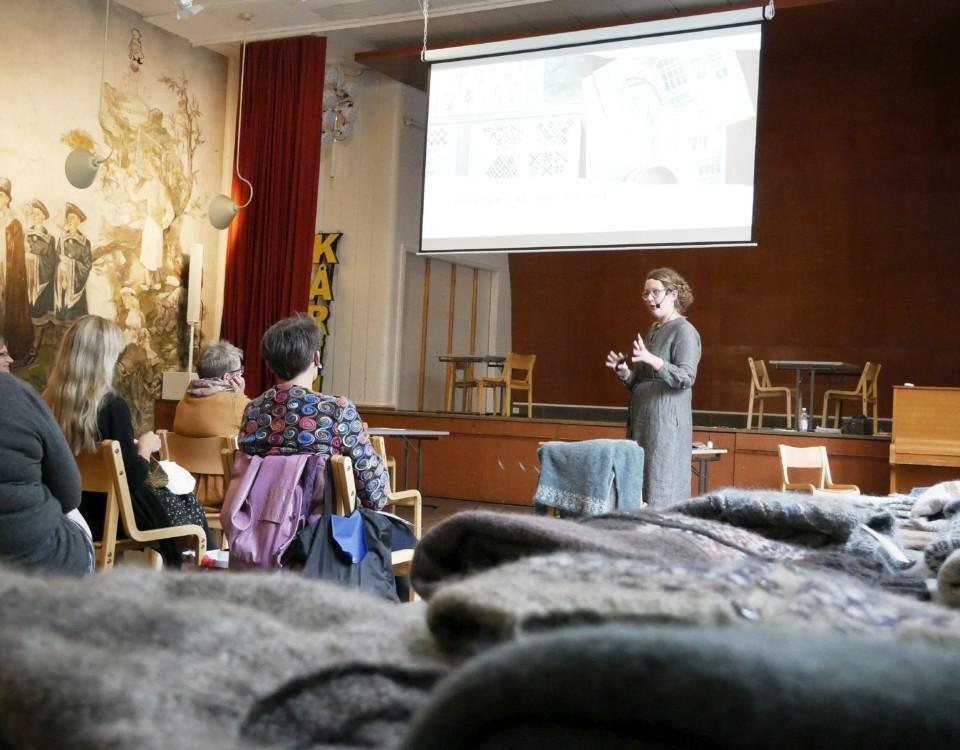 Erika Åberg framför publik