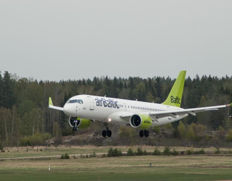 ett flygplan och skog