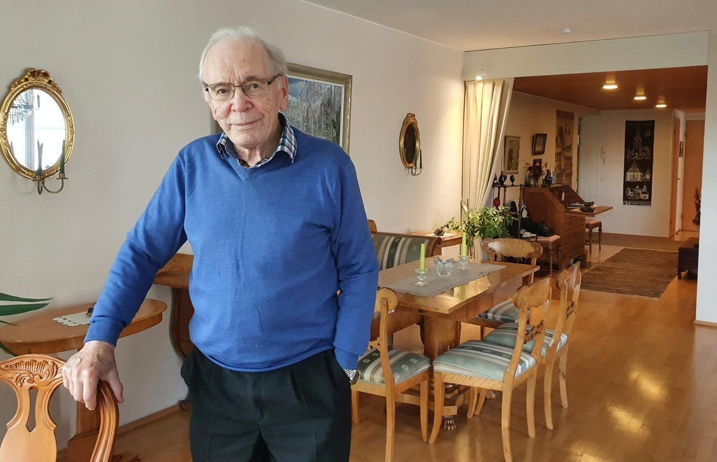 90-åriga ärkebiskop emeritus John Vikström i sitt hem i Åbo.