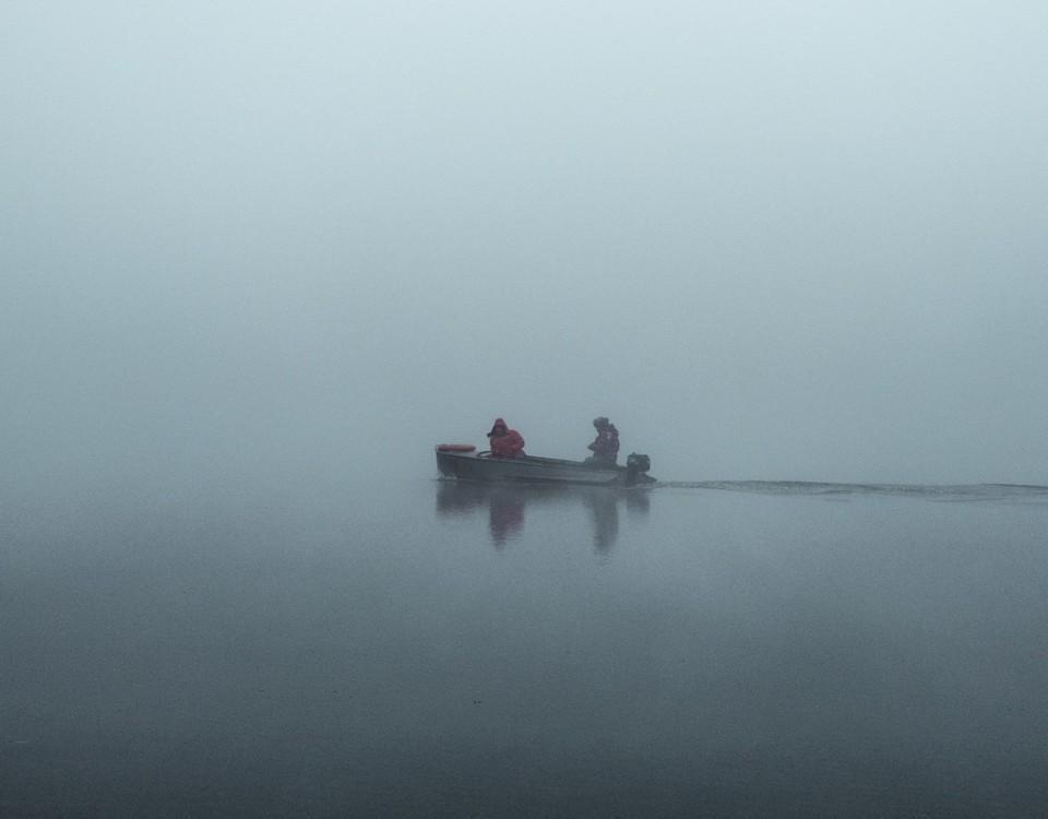 båt på sjön i dimma