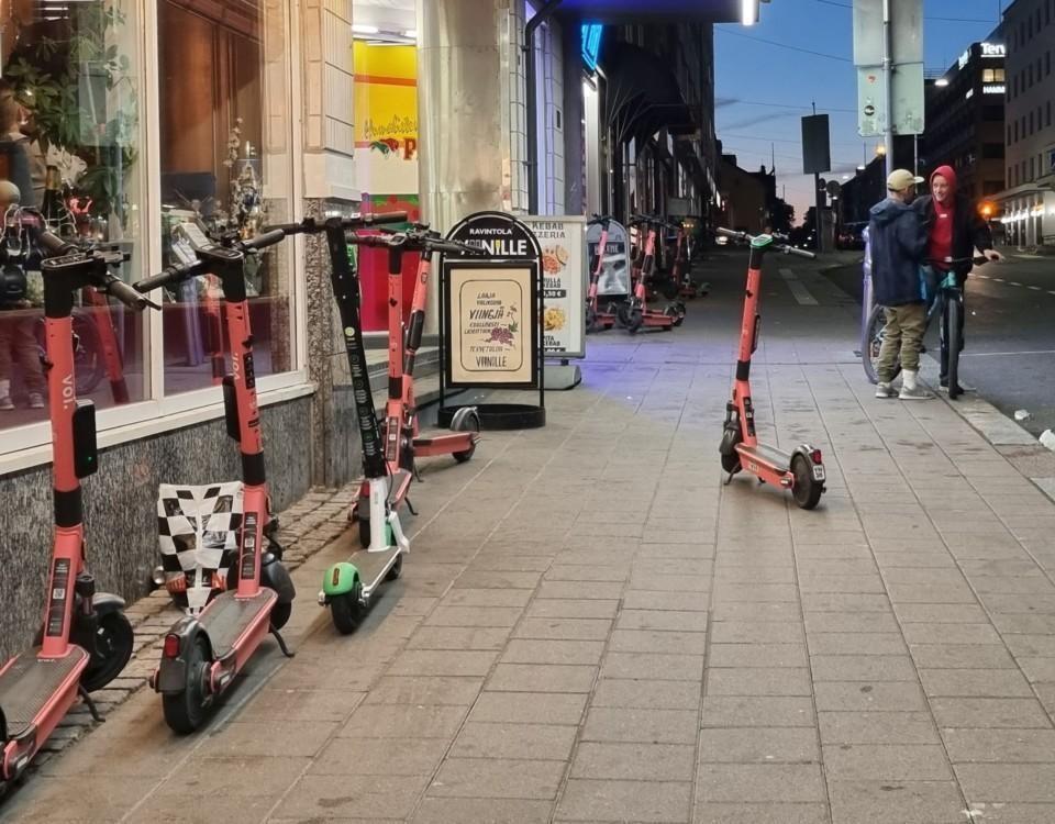 en gata och elsparkcyklar