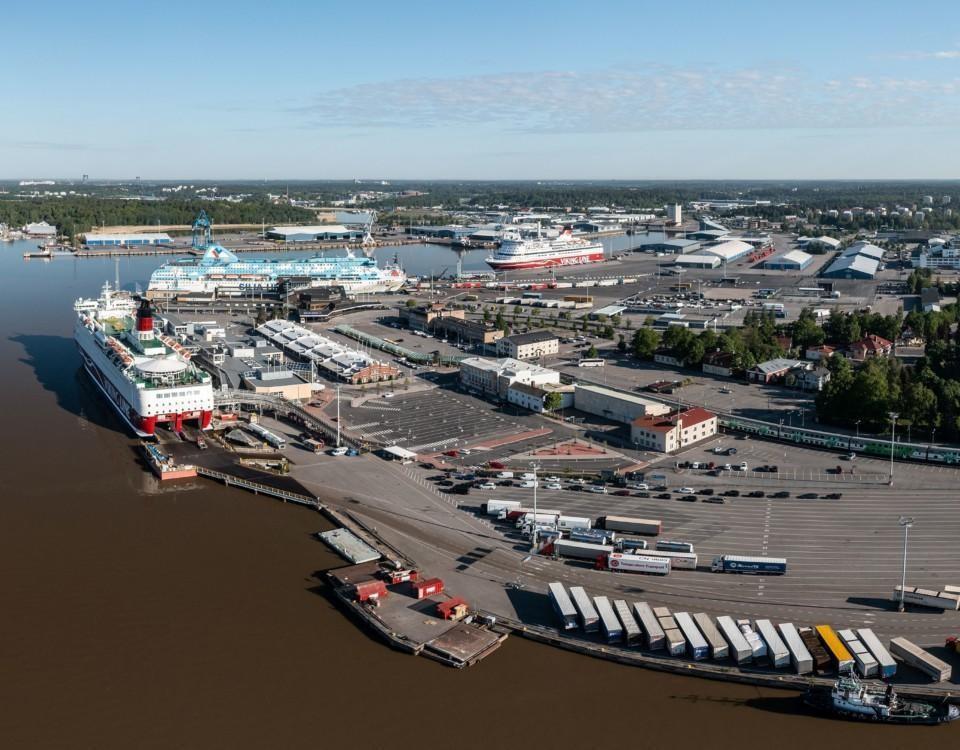 en flygbild av en hamn