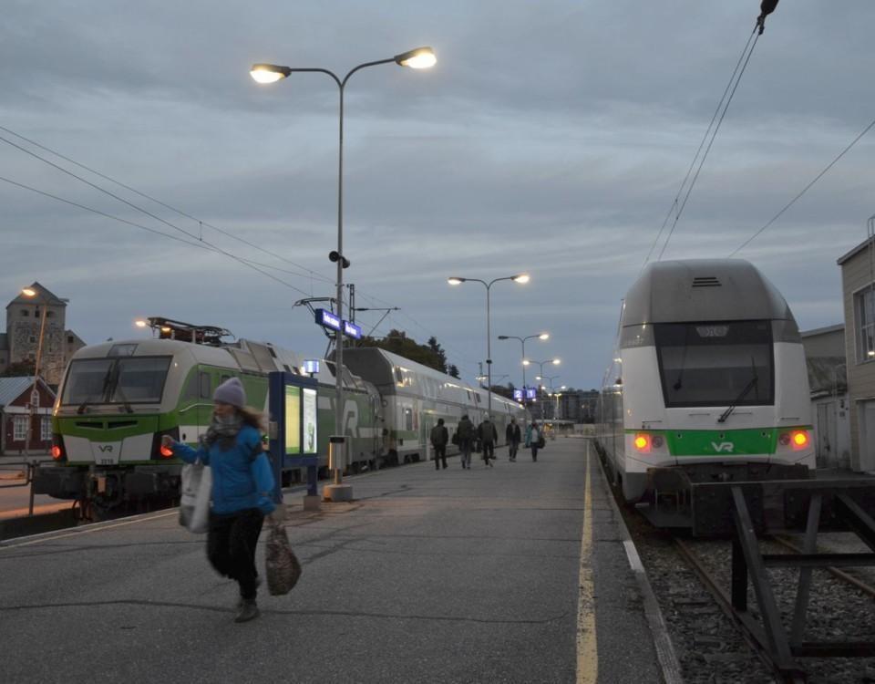 Kvinna springer på tågperrong