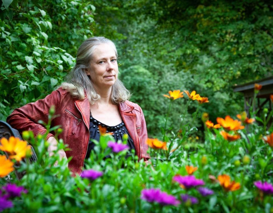Kvinna vid en blomsteräng.