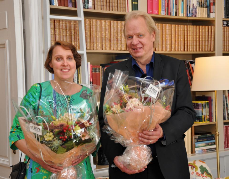 en man och en kvinna med blommor