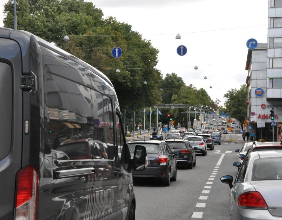 en kö av bilar