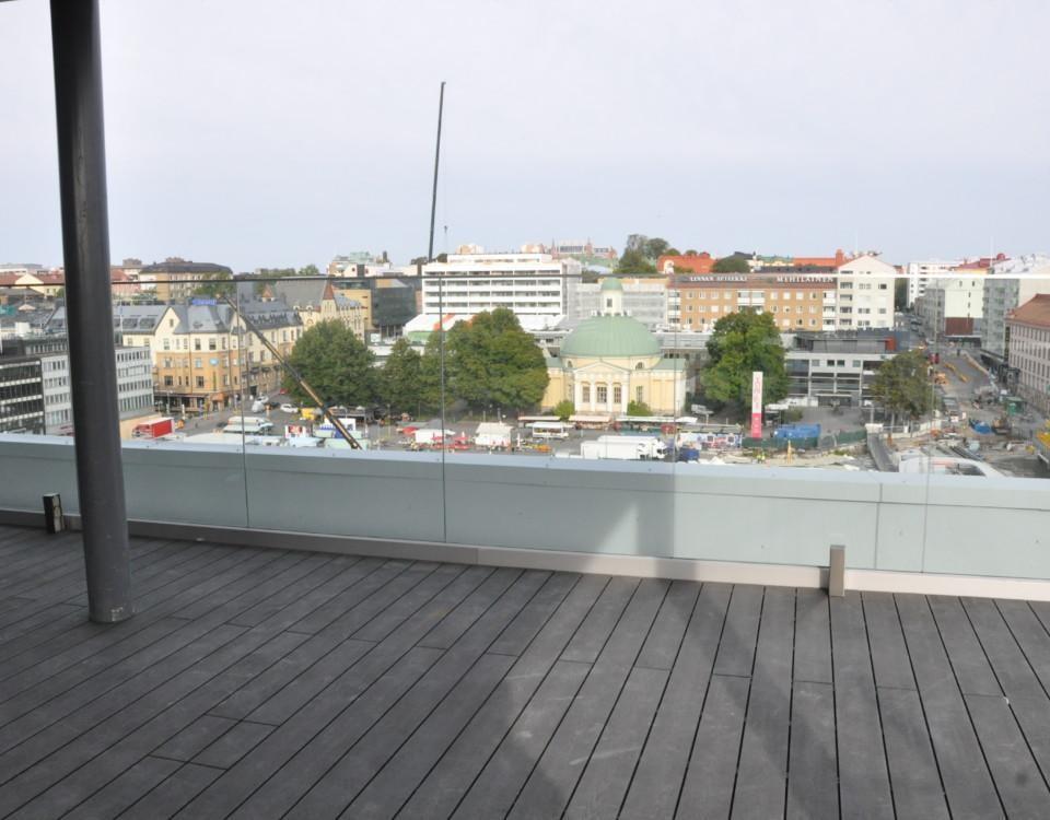 ett terrassgolv och utsikt mot Salutorget