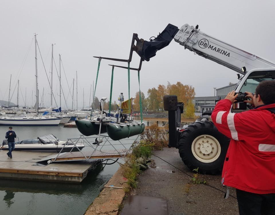 en gummibåt med teknisk utrustning sjösätts