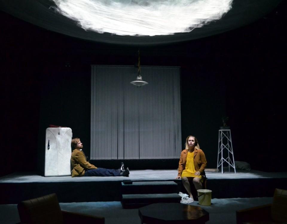 en scen med en gulklädd människa