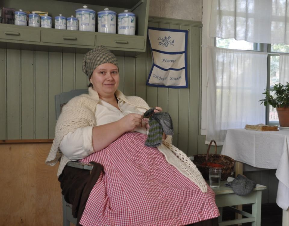 dam i gammaldags kläder stoppar en socka