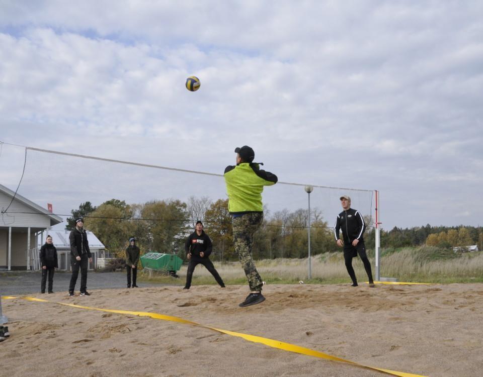 Ungdomar spelar volleyboll
