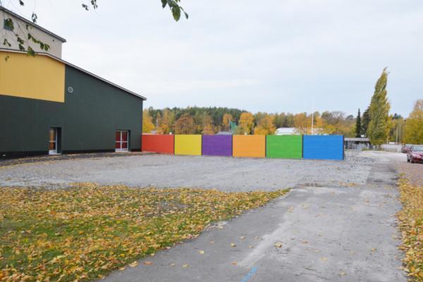 en skolgård med ett färggrant träplank