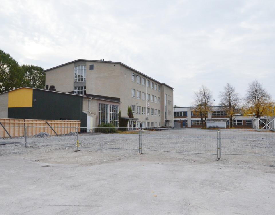 en kal och grå skolgård
