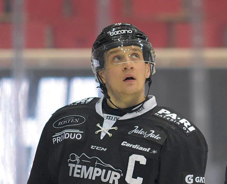 Ishockeyspelare blickar uppåt
