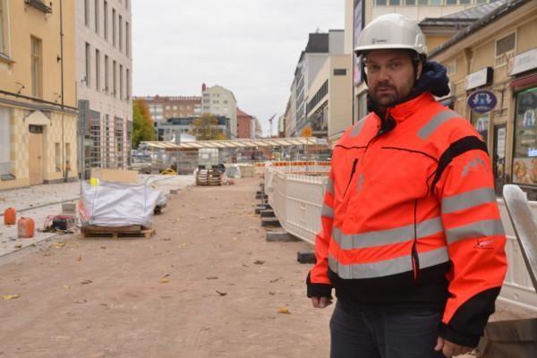 man i arbetskläder och hjälm på Köpmansgatan