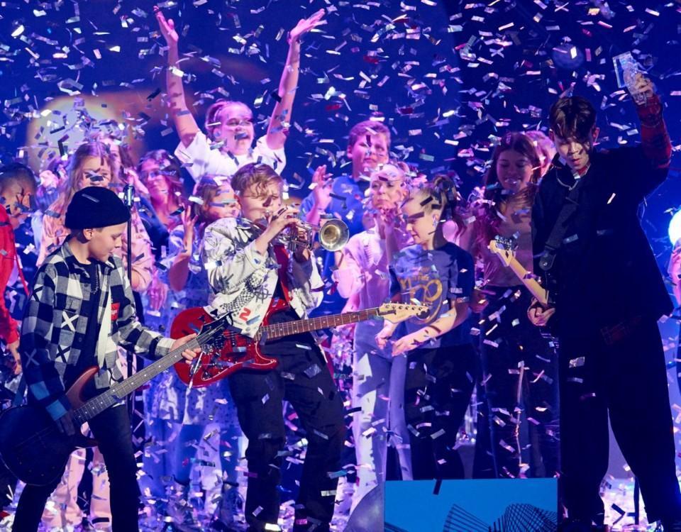 Pojkband spelar musik på scen