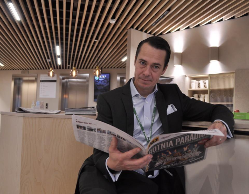 en man läser en tidning